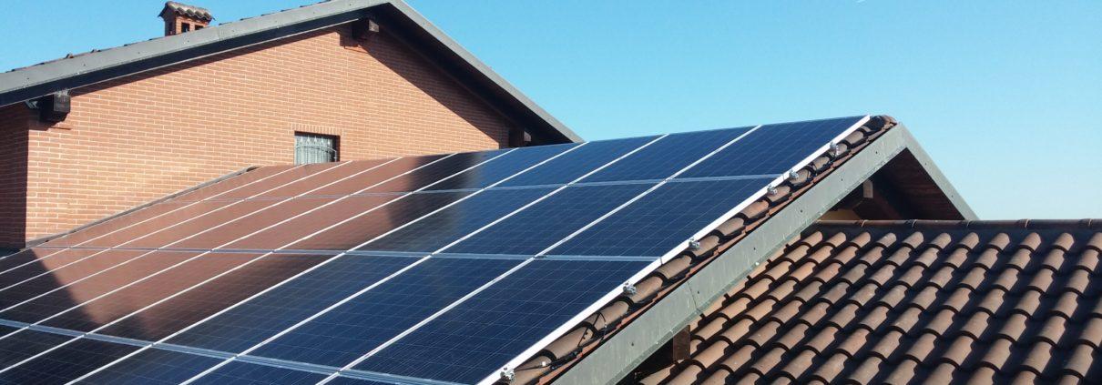 Impianto fotovoltaico con moduli verticali su coppi senza forature